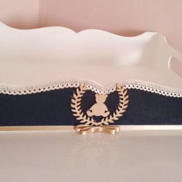 Bandeja azul marinho com brasão e urso