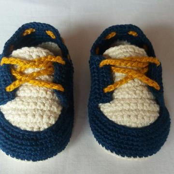 Sapatinho masculino de crochê