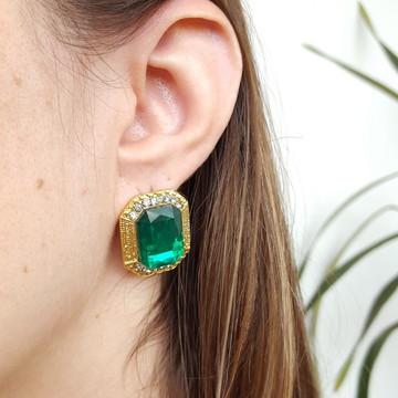 Brinco dourado com pedra verde