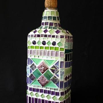 Garrafa em mosaico verde e lilás
