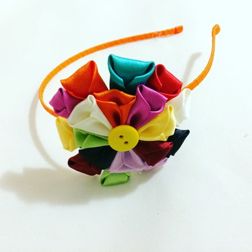 Tiara em flor de cetim