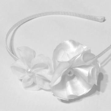 Tiara em flor de cetim e voal
