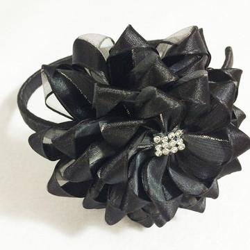 Tiara de flor em cetim com organza