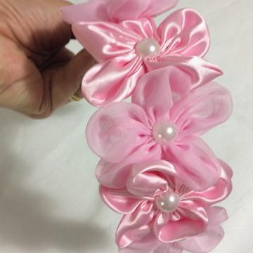 Tiara com flores de cetim e voal