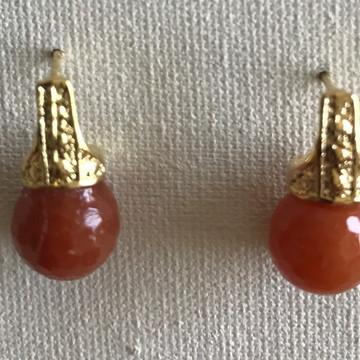 Brinco dourado com pedra natural red