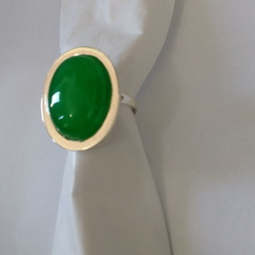 Anel em prata com pedra verde .