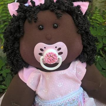 Boneca de pano bebê com chupeta