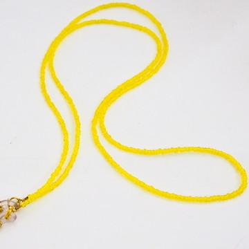 segura óculos de miçangas amarelas
