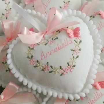 lembrancinha pingente coração bordado