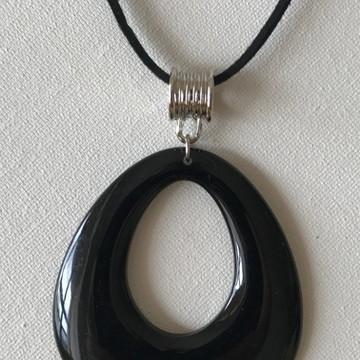 Colar couro com pingente preto
