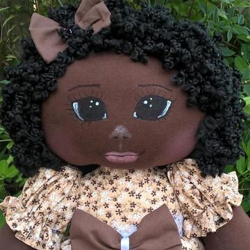 Boneca de Pano negra com vestido marrom