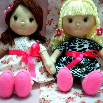 boneca em feltro com cabelo de lã