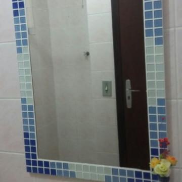 Espelho mosaico azul degradê 70x50