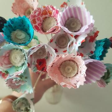 Garrafa decorada + flores de tecido