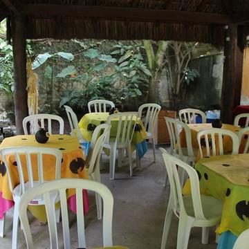 Toalhas de mesa em TNT, com apliques Simples.