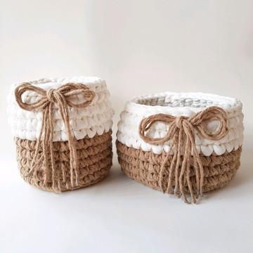cestos em crochê bege e branco
