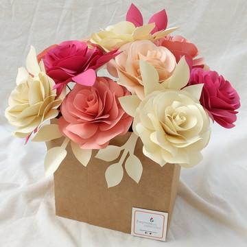 Arranjo com 12 flores de papel.