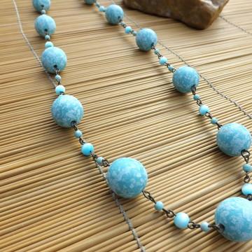 Colar de bolas azuis
