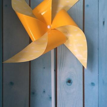 Cata-vento amarelo com nome