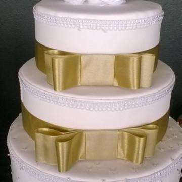 bolo fake branco e dourado