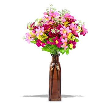 Arranjo de flores artificiais na garrafa