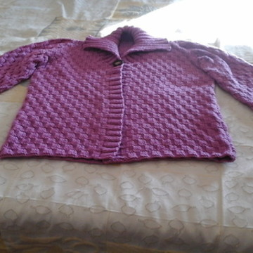 Casaco Curto de Fio de Lã Lilás trico à mão