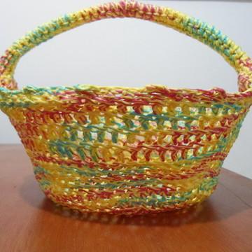 cesta em linha colorida em crochê