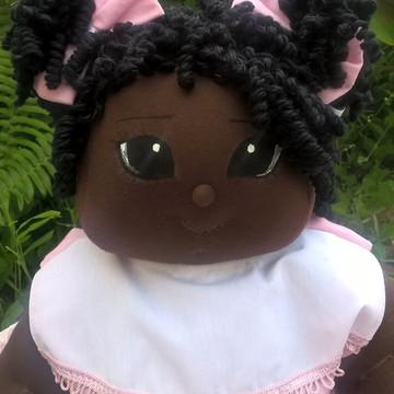 Boneca bebê de pano com cabelo cacheado