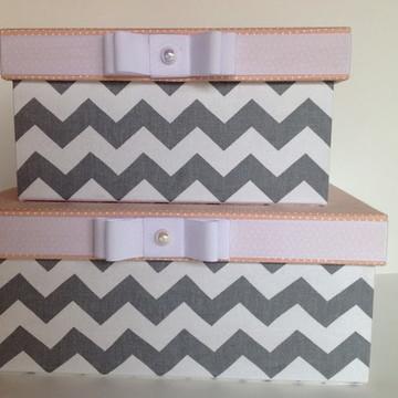 Conjunto de caixas cinza e rosa