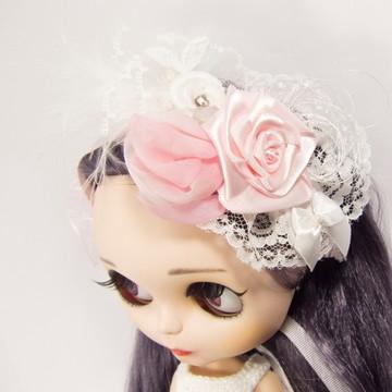 Tiara rosa e branca com arranjo floral