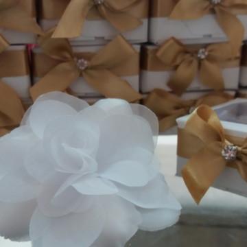 amêndoas na flor camélia na caixa lembrancinha