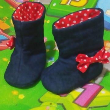 Sapatinho bota de bebê em jeans e tecido