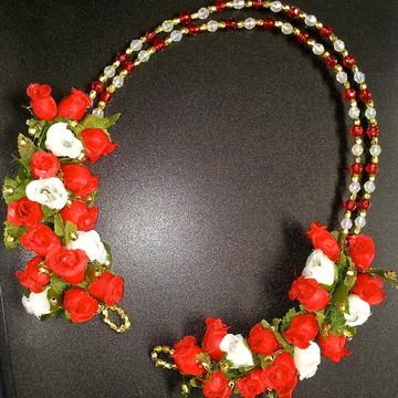 Arranjo Flores e Tiara de Cristais
