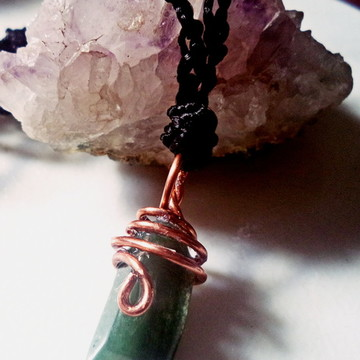 Colar de crochê com quartzo verde