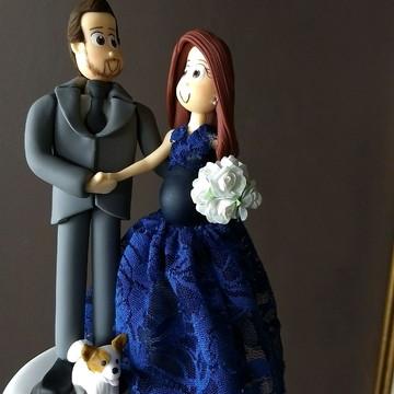 Noivo e noiva grávida com seu pet