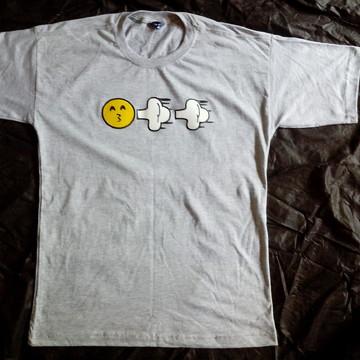 Camiseta cinza com estampa emoticon smoking