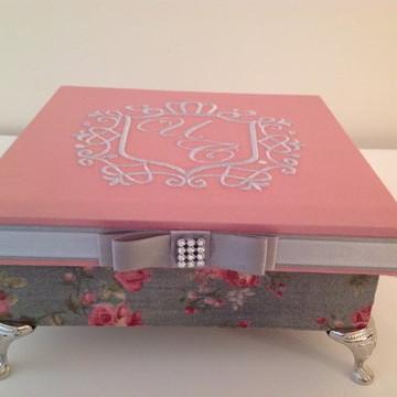 Caixa com pezinho cinza e rosa