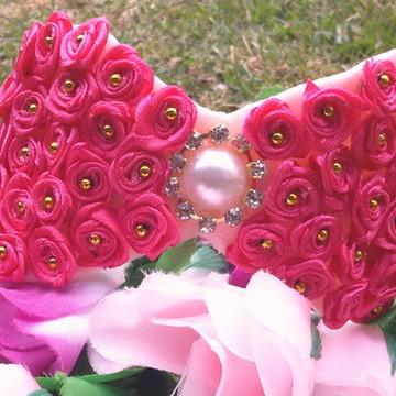 Tiara com flores de cetim