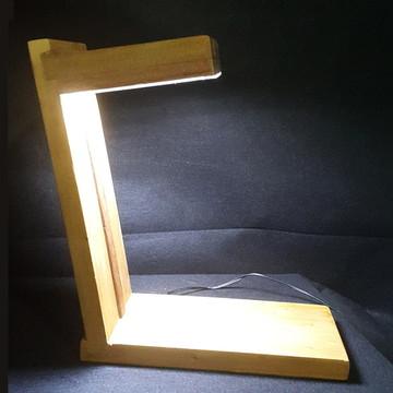 Luminária de Mesa em madeira - LEDS