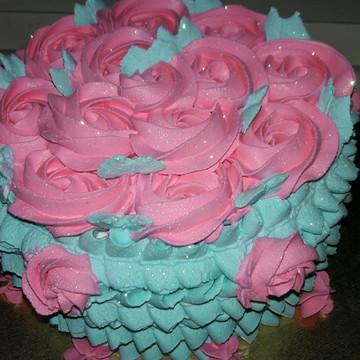 Bolo de chantilly com renda e rosas