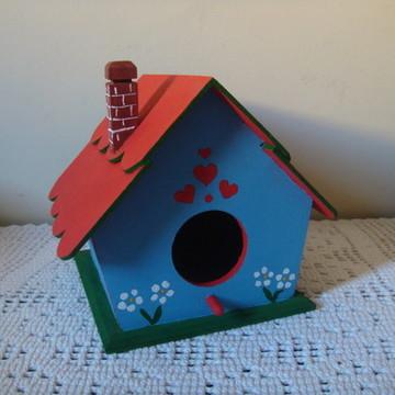 Casa de passarinho com telhado de franja