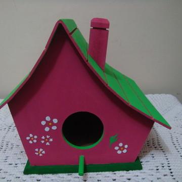 Casa de passarinho com telhado frisado