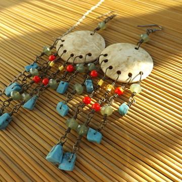 brincos coloridos de casca de coco clara
