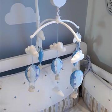 mobile menino azul balão nuvem