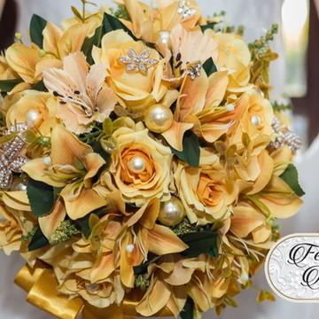 Buquê de noiva com rosas e lírios artificiais