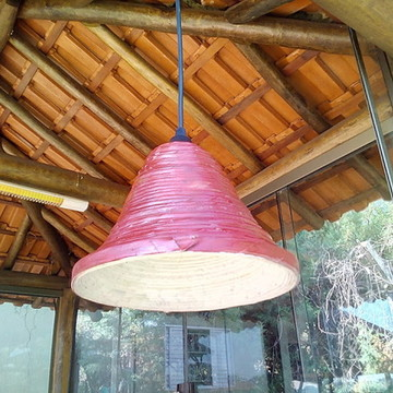 Pendente cone artesanal de jornal vermelho