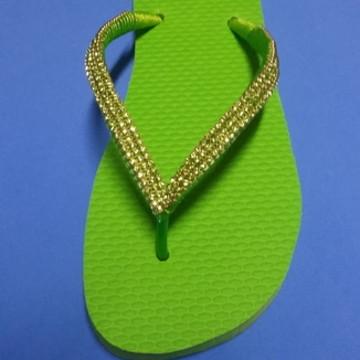 Chinelo tipo havaianas verde personalizado com strass 35/36