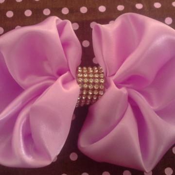 laço lilas no bico de pato