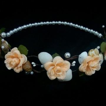 Coroa de flores com conchas e pérolas