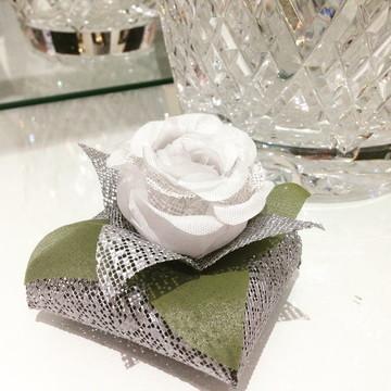 Embalagem de bem casado botão rosa tecido branca